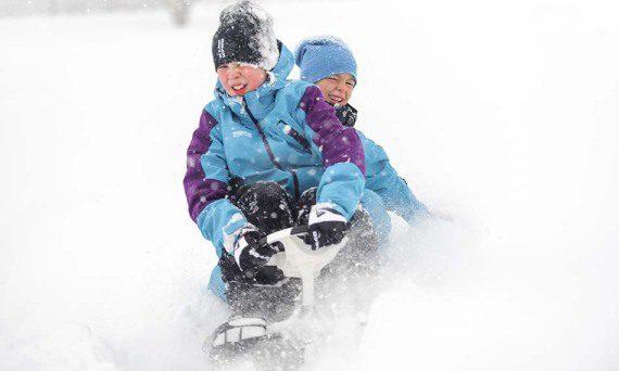 шейна STIGA SNOWRACER SUPREME GT на пистата с две деца